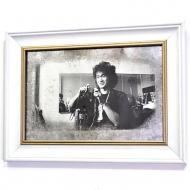 Репродукция Виктор Цой с фотоаппаратом №1713 в раме за состаренным зеркалом 28x38 см SEAPS